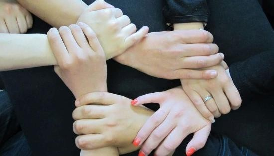 Verschränkte Hände